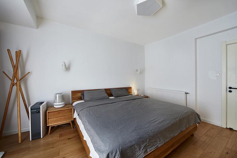 原木韵味实用北欧风格卧室实木床与衣帽架效果图