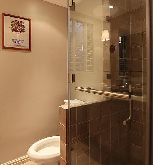 美式简约卫生间玻璃隔断效果图