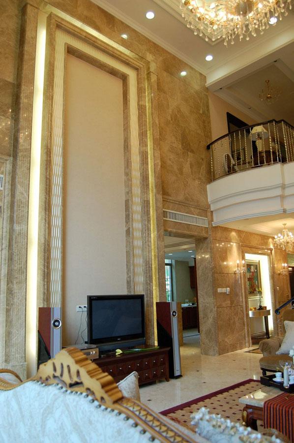 低奢温馨欧式风格别墅挑高背景墙设计案例图