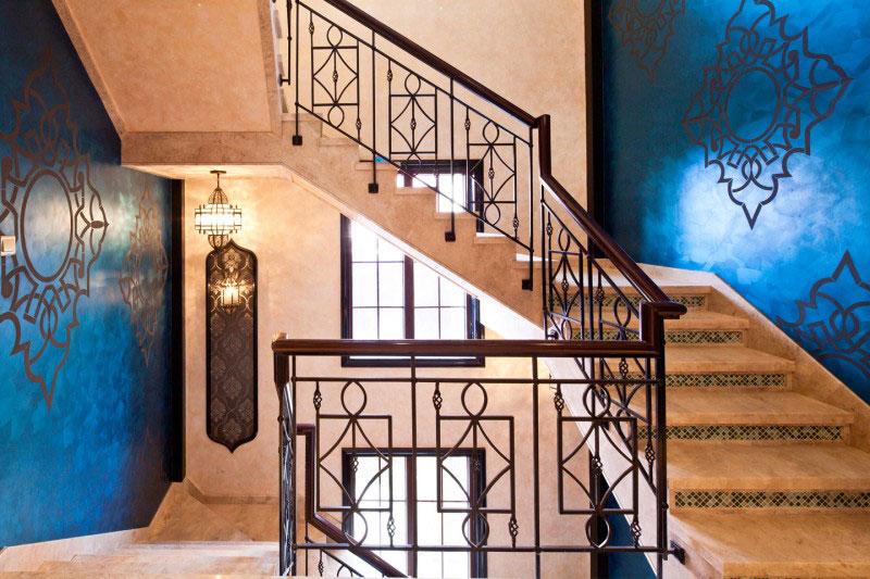 湖蓝异域风背景墙转角楼梯效果图