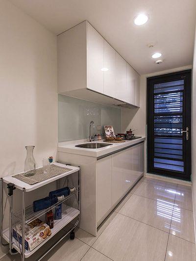 精致现代简约小厨房白色橱柜效果图