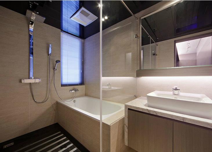 个性现代卫生间玻璃隔断装修效果图