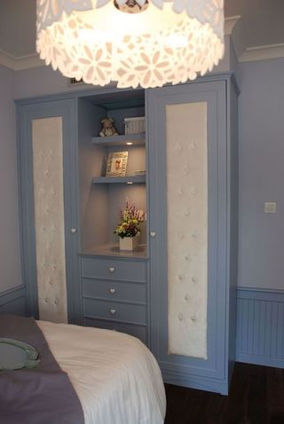 蓝色地中海风格儿童衣柜展示图