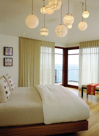 卧室里的温暖灯光 卧室灯具选