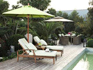 绿色的太阳伞,绿色的躺床,绿色的池水,仿佛和周围的植物融为一体。