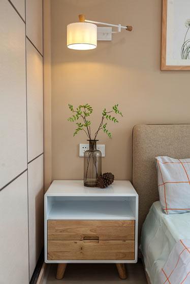 白色原木色卧室床头柜装修效果图