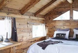 木色卧室布置摆放图