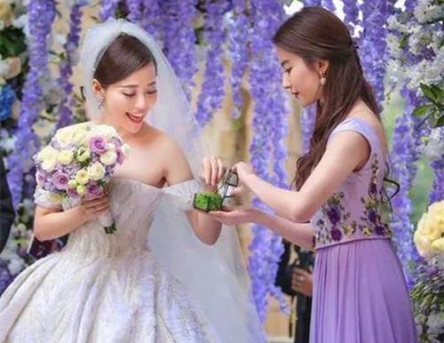 紫色伴娘服图片欣赏如何选择合适的伴娘服