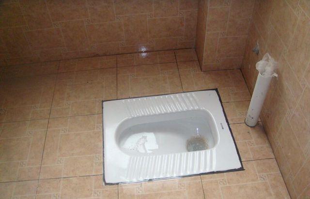 装修卫生间用蹲坑好还是马桶好?看完才知道,好多人都装错了!