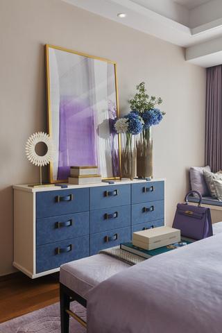 轻奢时尚三居装修卧室装饰柜设计图