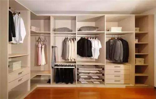你遇到过衣柜门被床头柜挡住的情况吗?这样设
