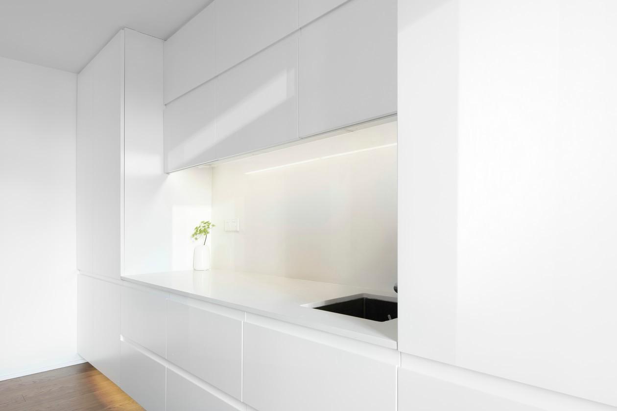 极简白色原木风公寓厨房装修效果图