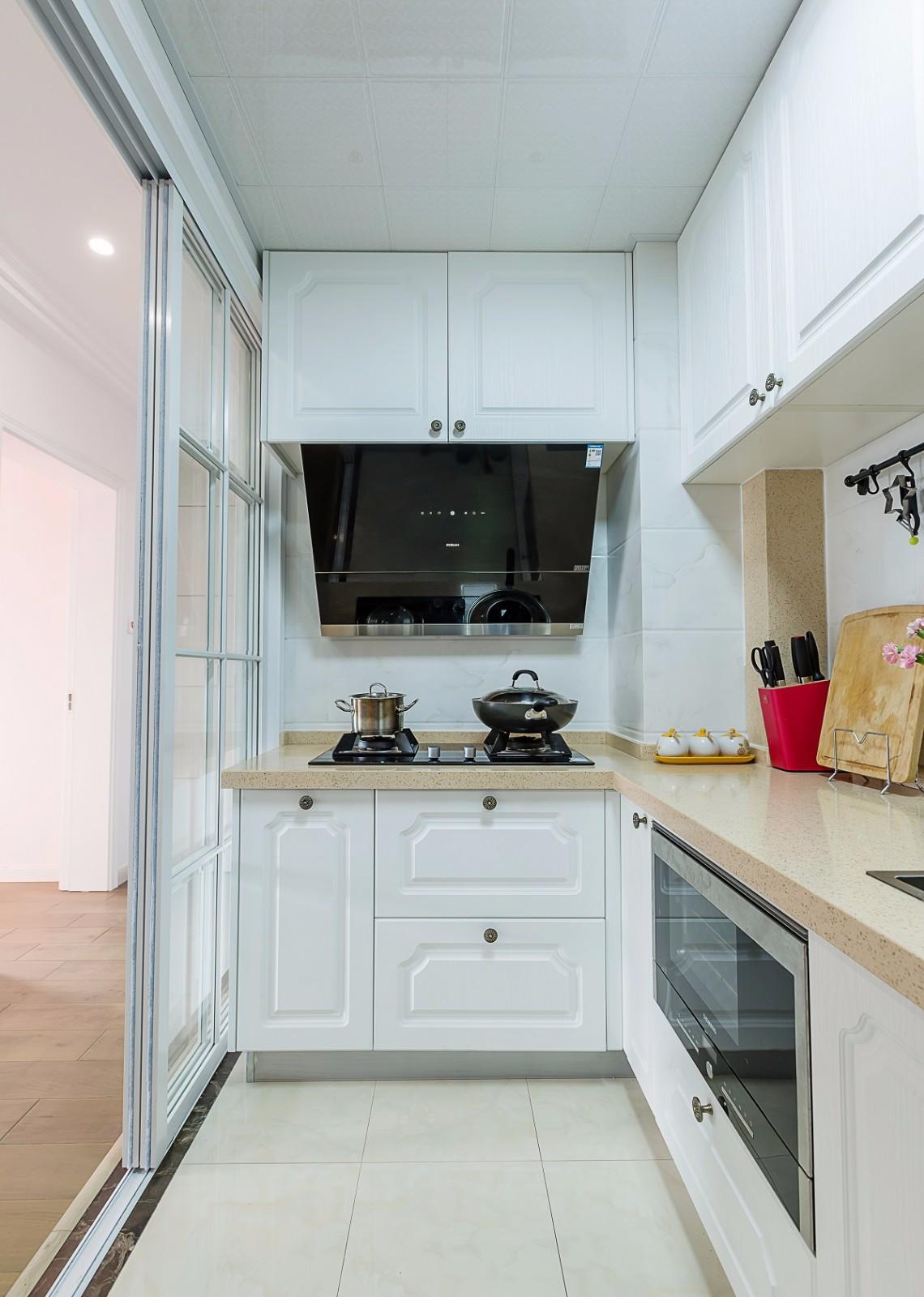 美式风格两居装修厨房移门设计图