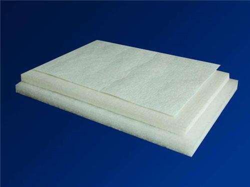 隔音棉的原理_我们先从他的原理来讲   隔音棉原理:物体震动产生声音→声波在空气中传递→棉具有多纤维结构→声波通过棉时经过无数纤维的反射、相互
