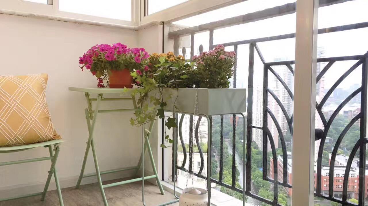 现代简约风三居室装修阳台布置图
