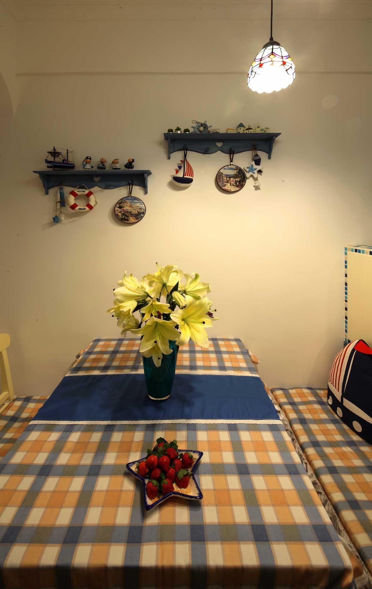地中海风格二居室装修餐桌布置图