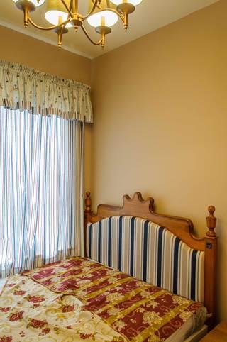 100平北欧风三居装修卧室一角