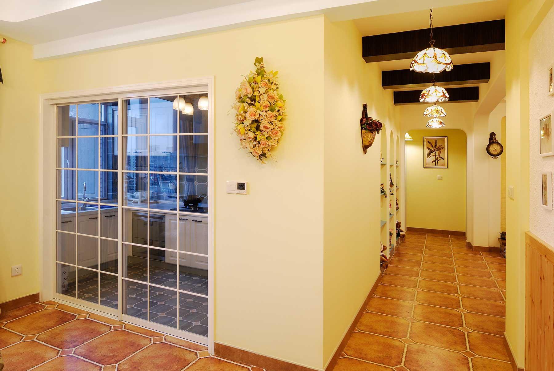 地中海混搭三居装修厨房玻璃移门设计图
