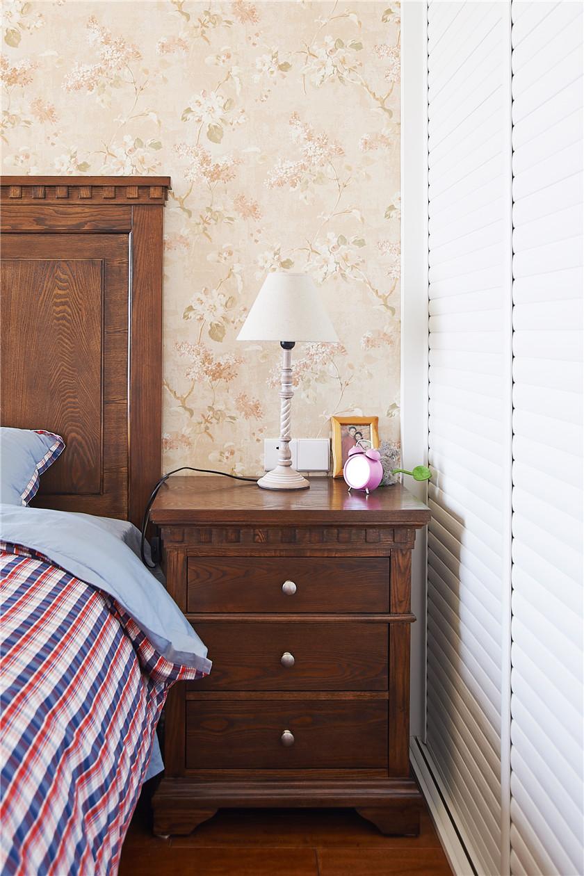 现代简美风格三居装修床头柜设计图