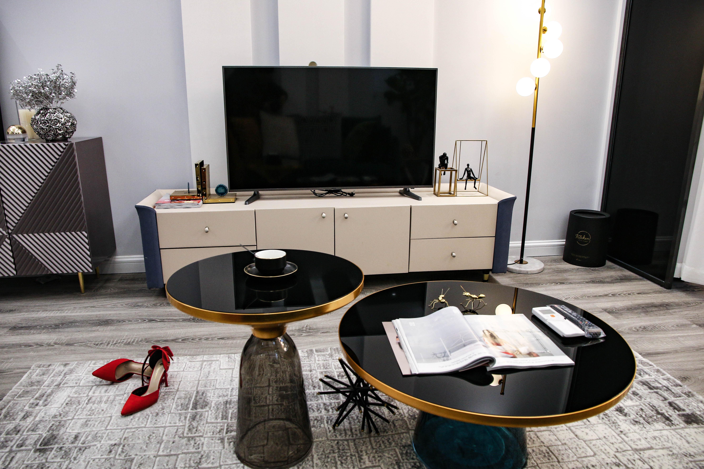 现代轻奢一居室装修茶几设计