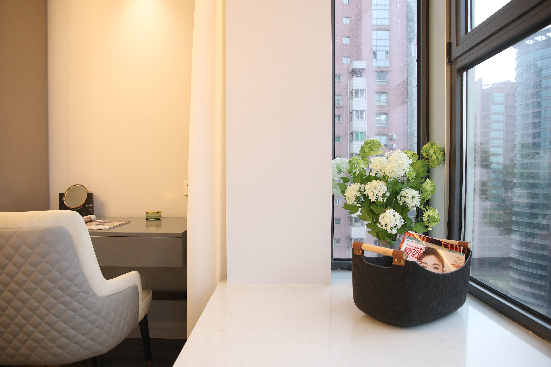 现代轻奢一居室装修飘窗一角