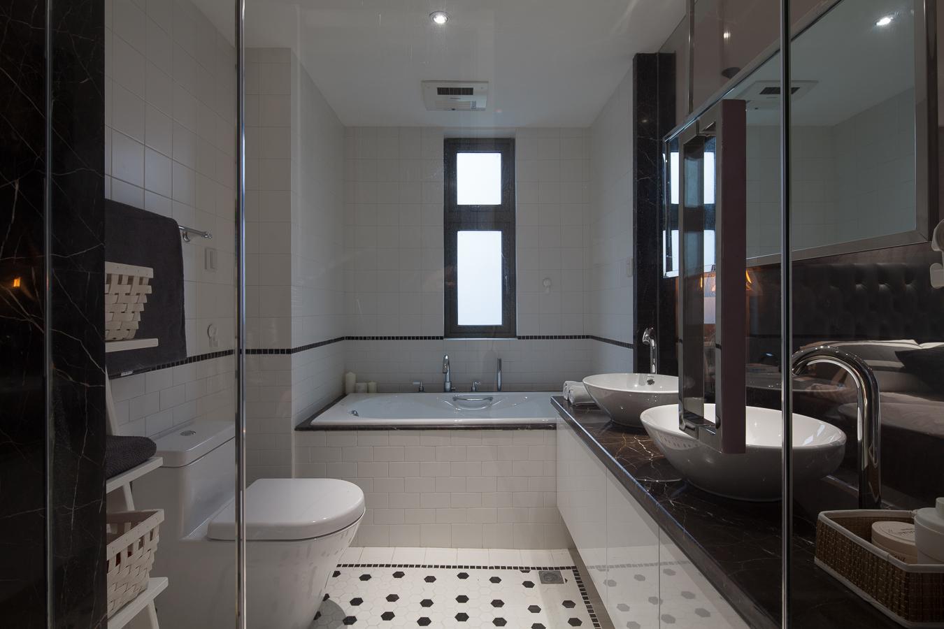 145平现代风格三居卫生间装修效果图