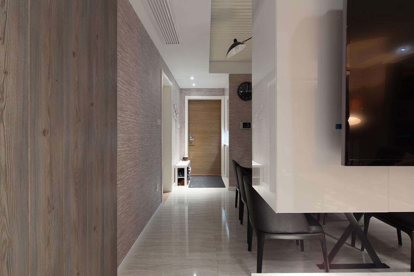 145平现代风格三居玄关走廊装修效果图