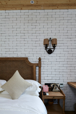 大户型复古风公寓装修床头壁灯设计