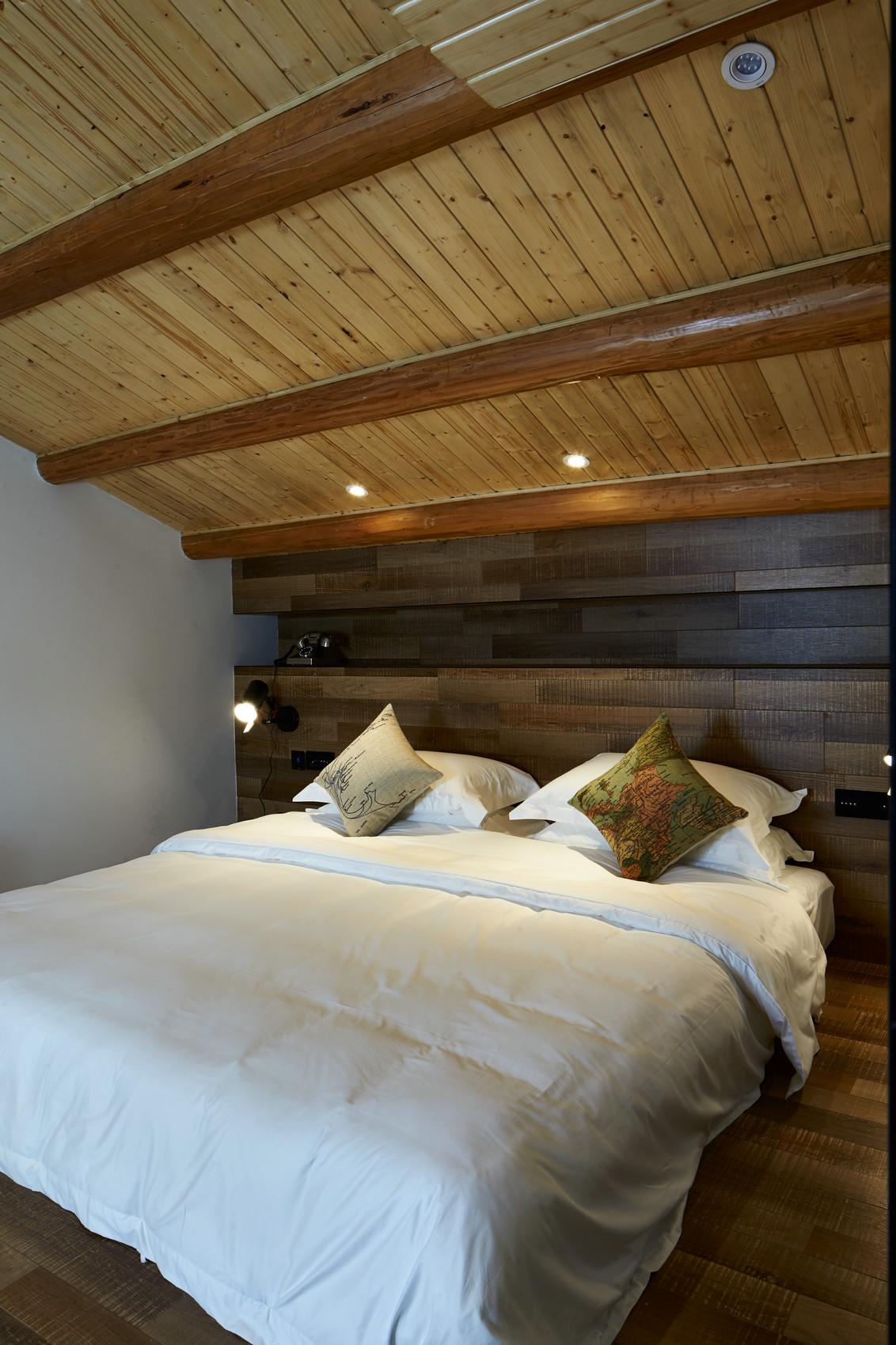 大户型复古风公寓卧室吊顶装修效果图