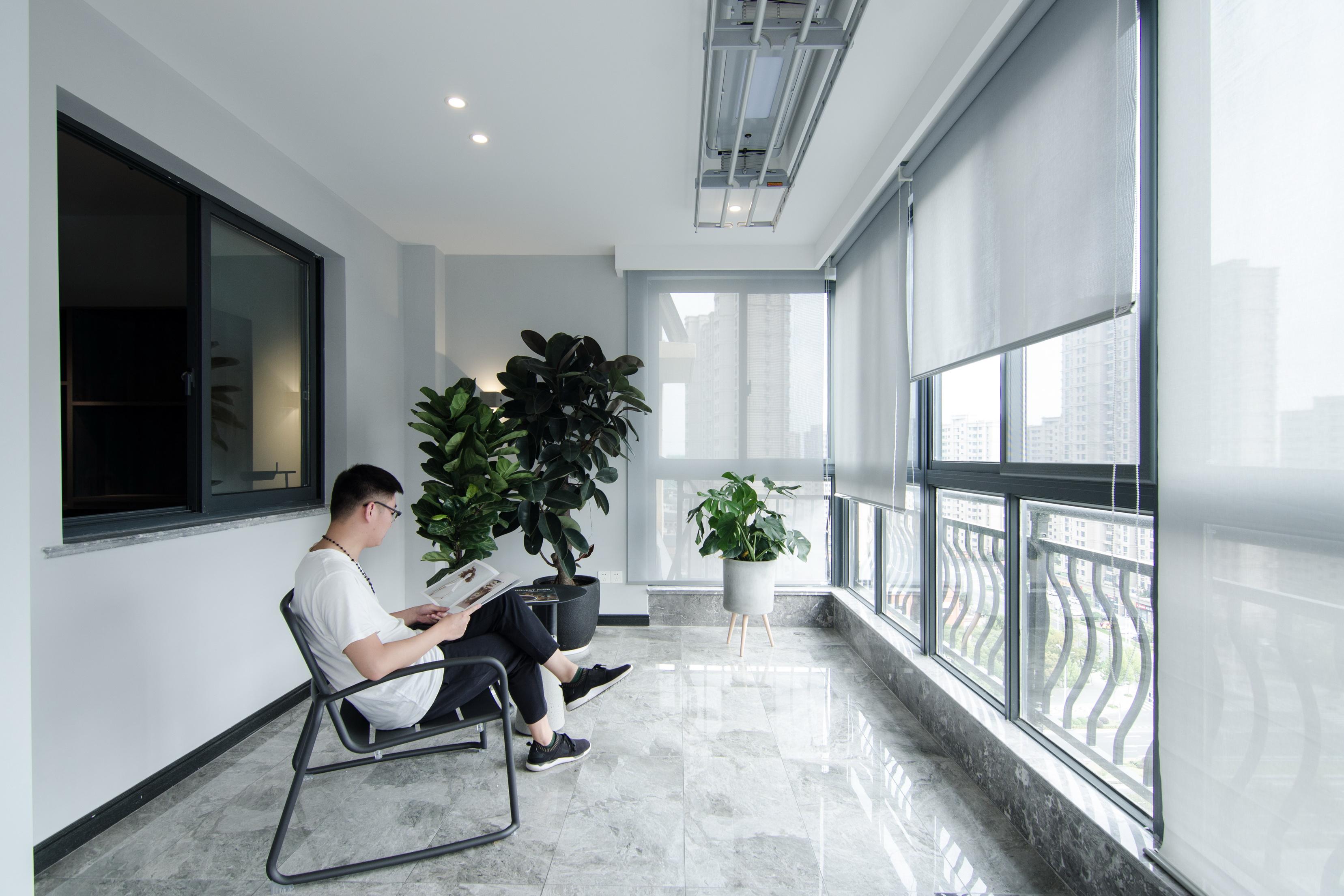现代简约大户型阳台装修效果图