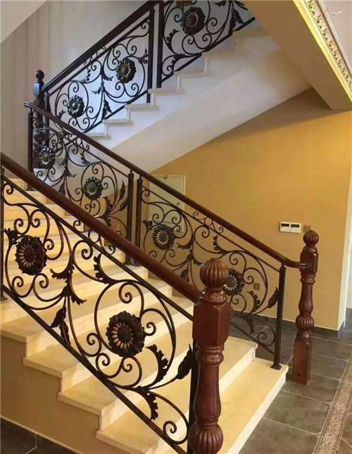 铁花楼梯扶手好用吗 常见楼梯护手材质分析