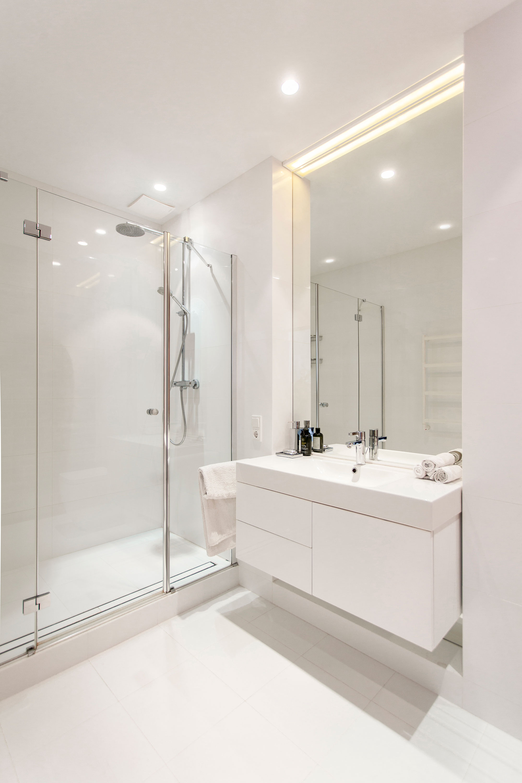 简约白色公寓卫生间装修效果图