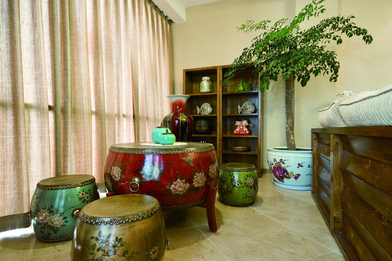 混搭风格二居室装修阳台铜鼓板凳图片