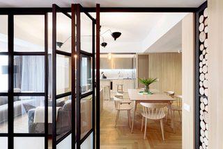 简约原木风公寓折叠门装修效果图