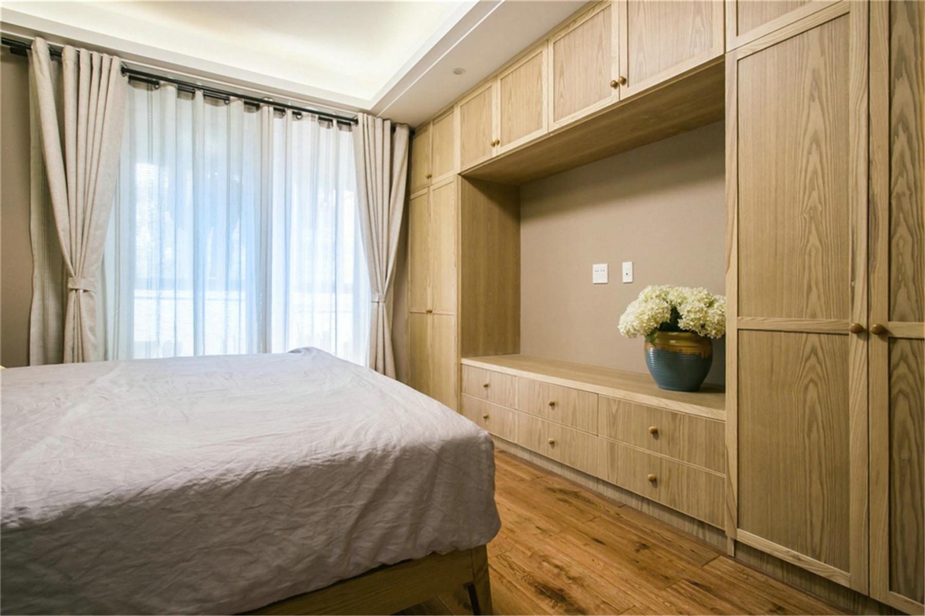 原木现代风格卧室衣柜装修效果图