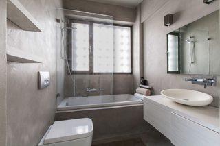 白灰色现代公寓卫生间装修效果图