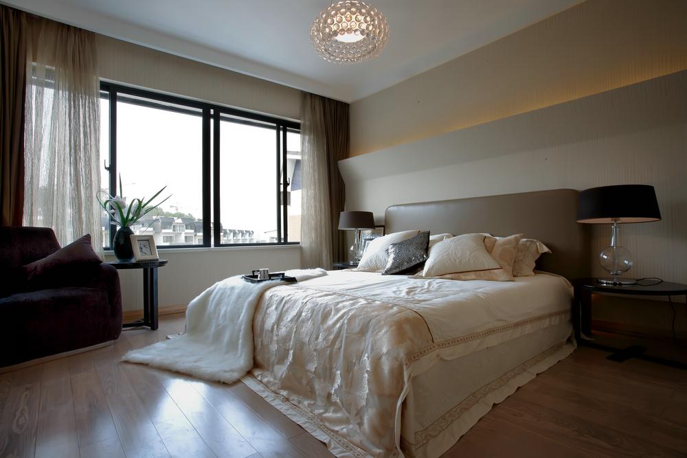大户型现代简约卧室装修设计图