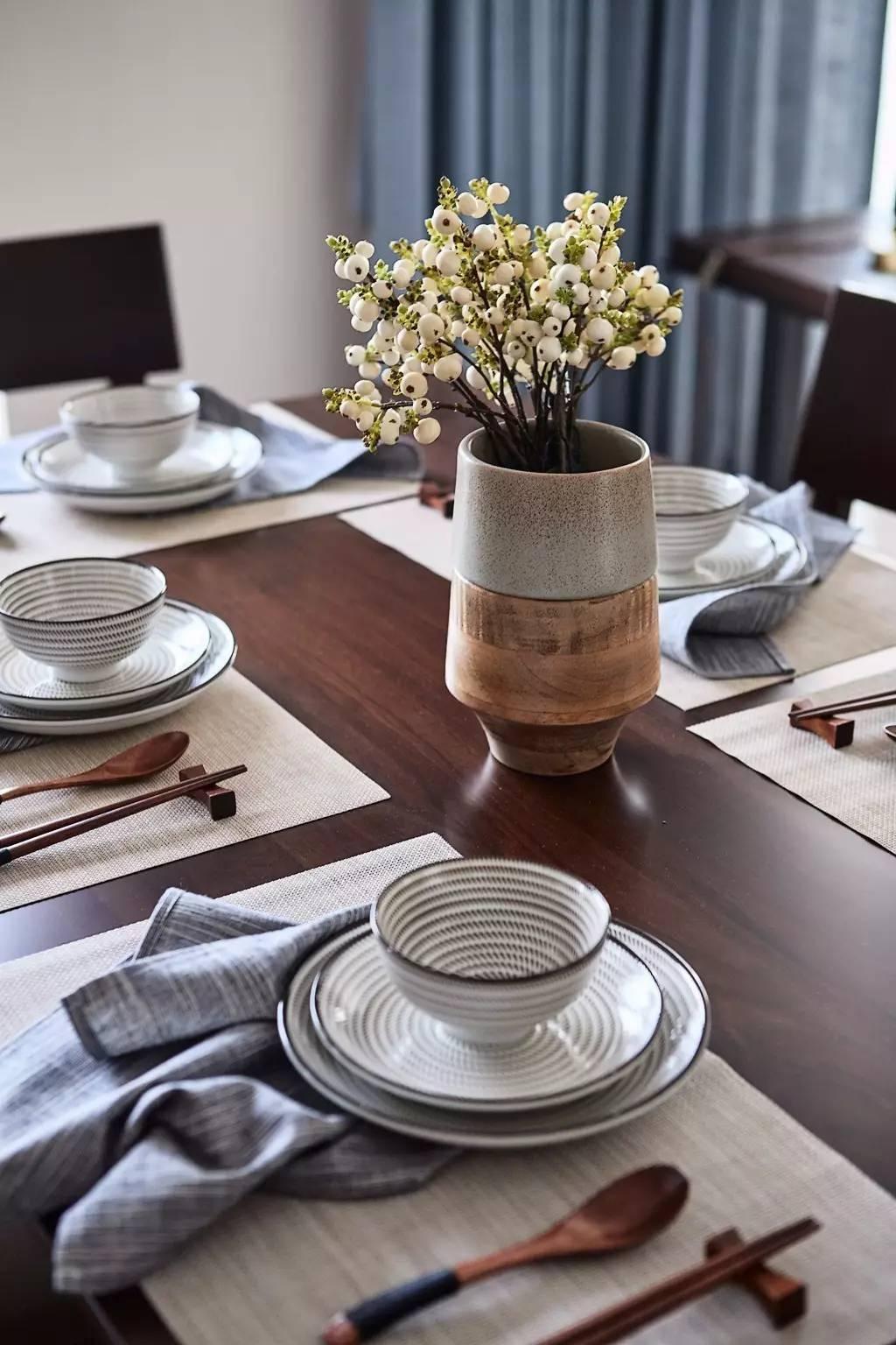 135平米三居室装修餐桌布置图