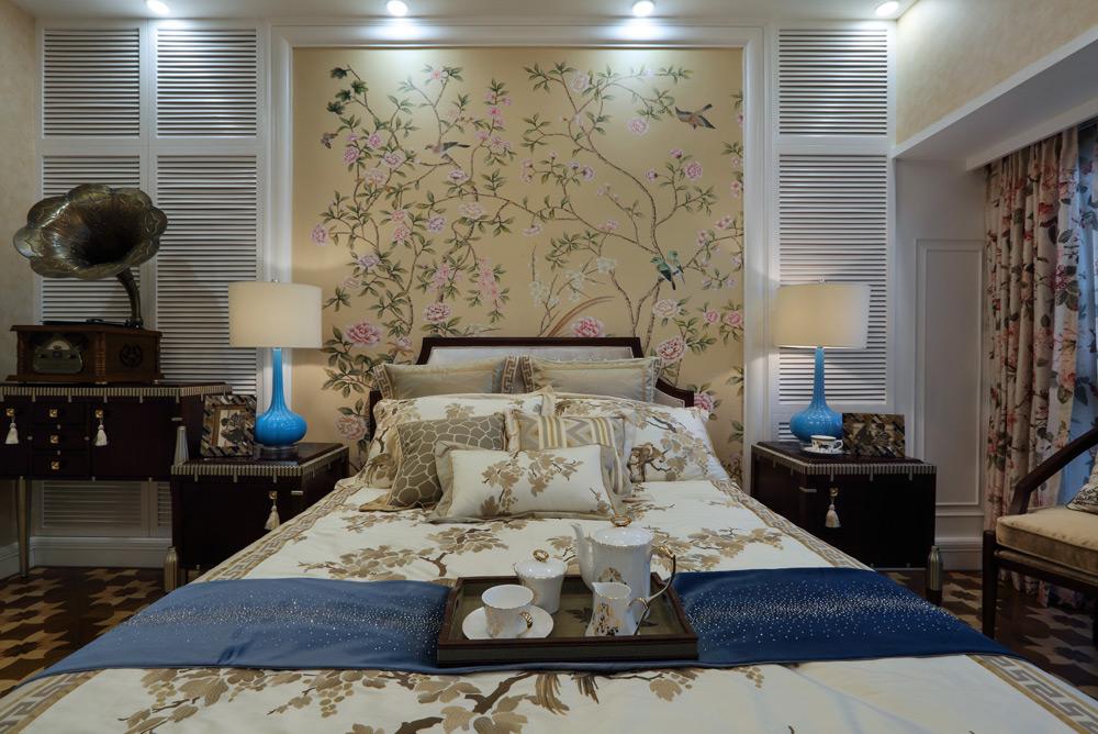 英式田园风格四居卧室背景墙装修效果图