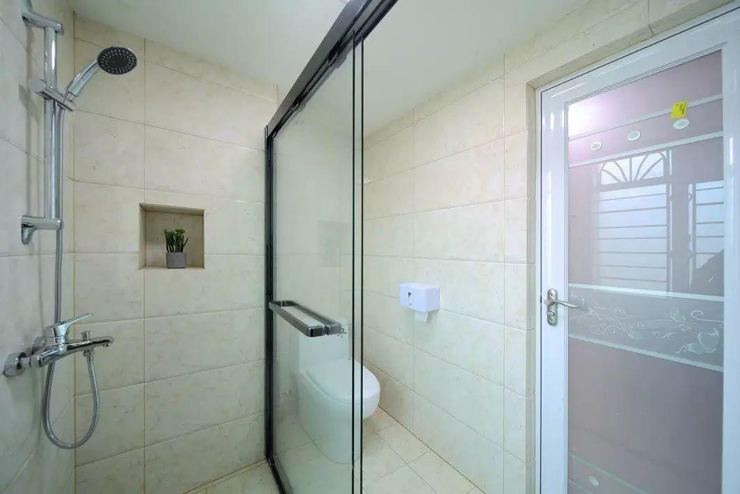 三居室现代简约卫生间装修设计图