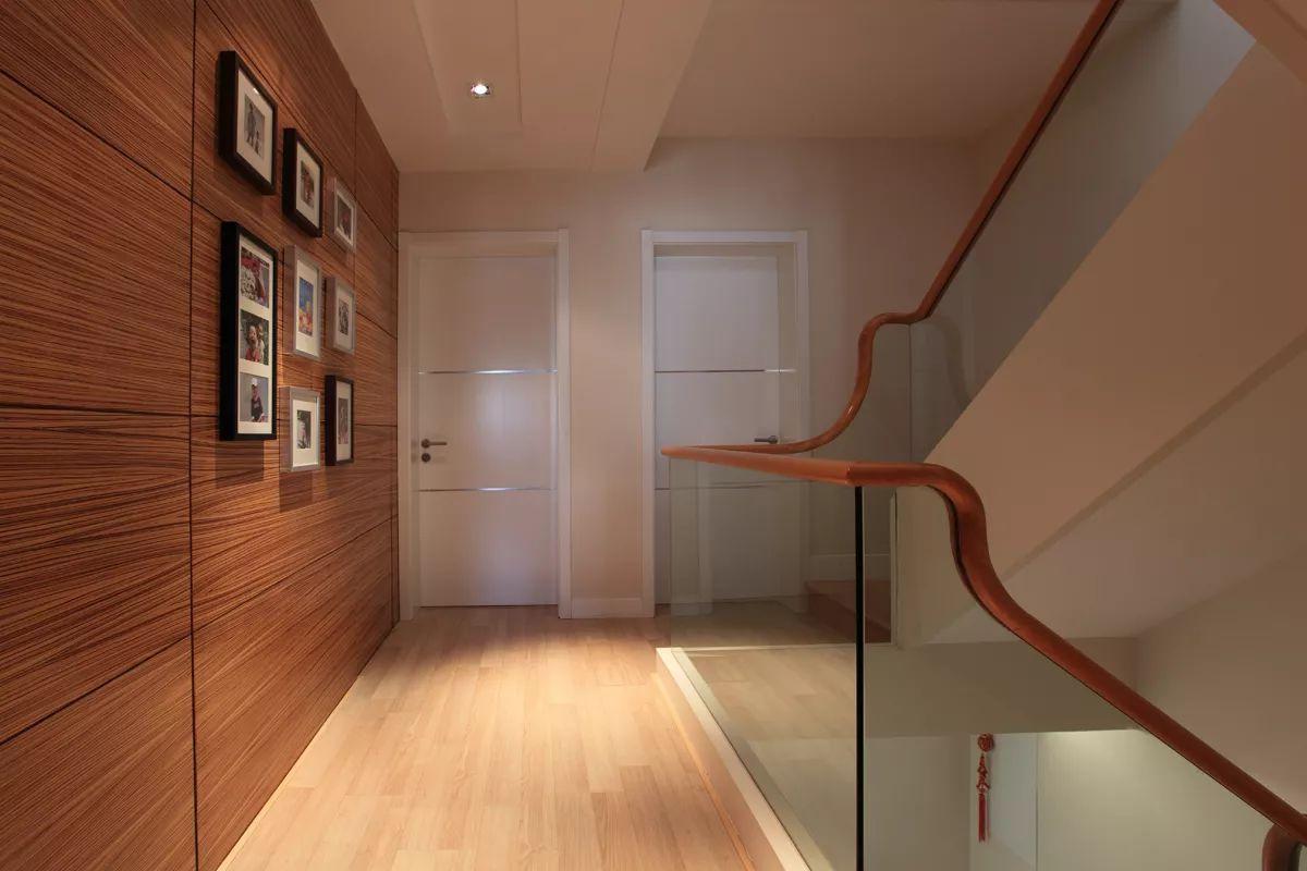 现代简约风别墅楼梯过道装修效果图