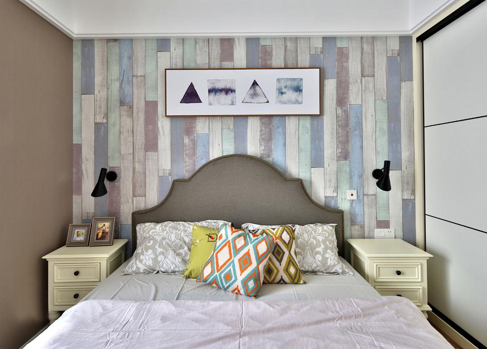 休闲美式混搭三居床头背景墙装修效果图