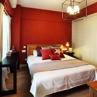混搭风格 卧室红色背景墙装潢图