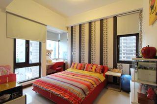 时尚简约风卧室 竖条纹背景墙设计
