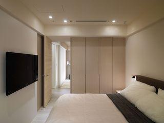 现代简约卧室实木衣柜装饰图