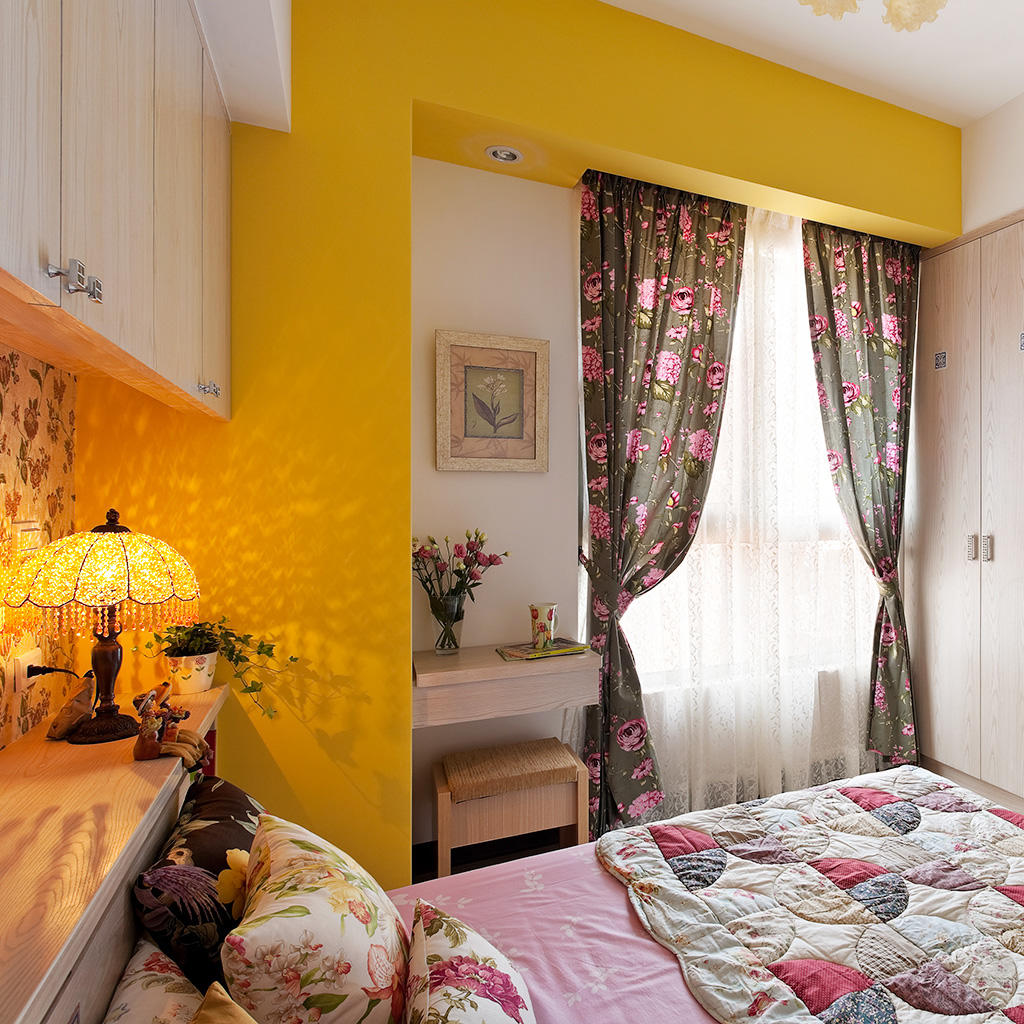 现代田园风卧室窗帘装饰图