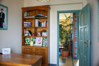 东南亚风格家居烤漆门装饰图