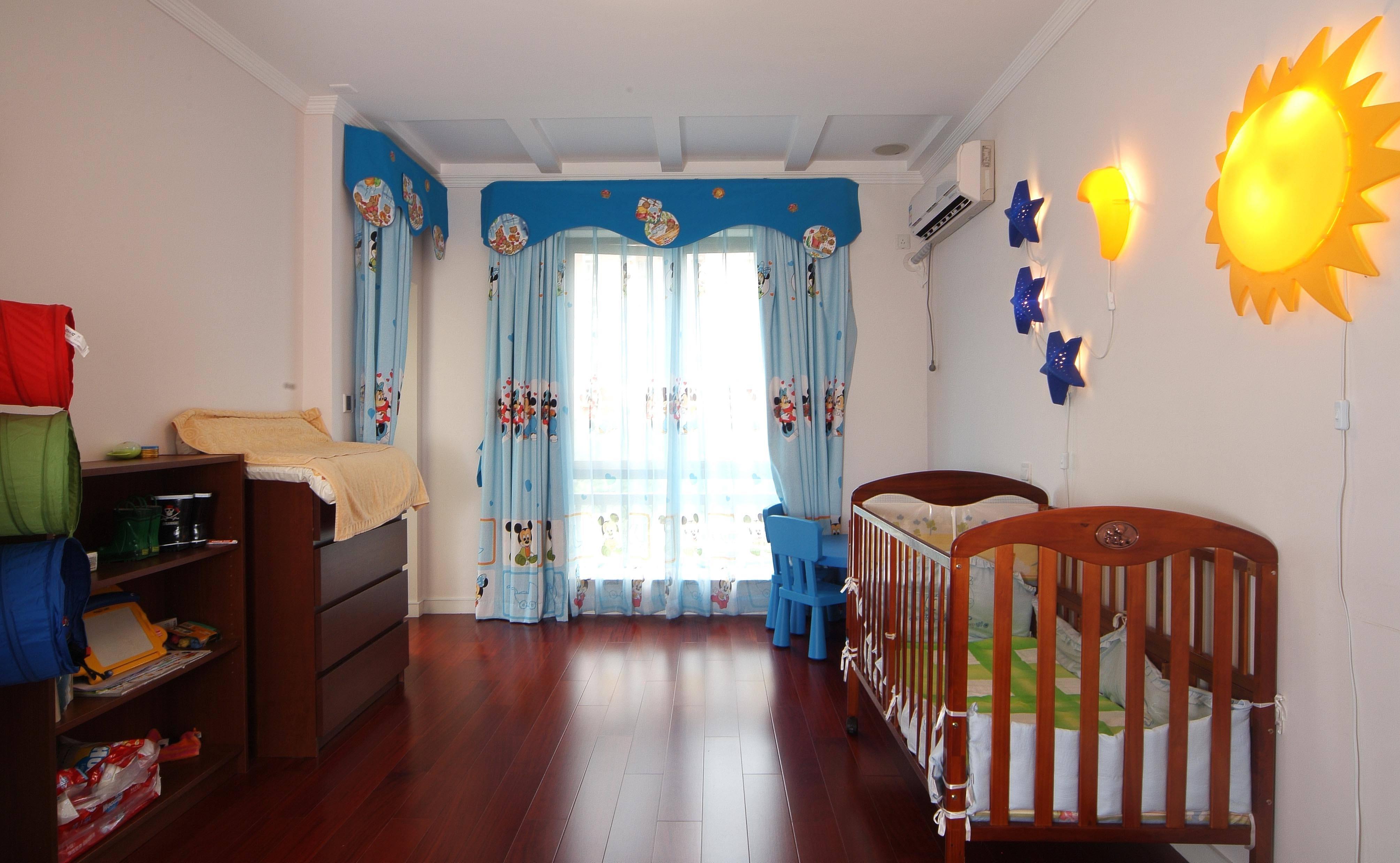 实木美式儿童房 蓝色窗帘效果图