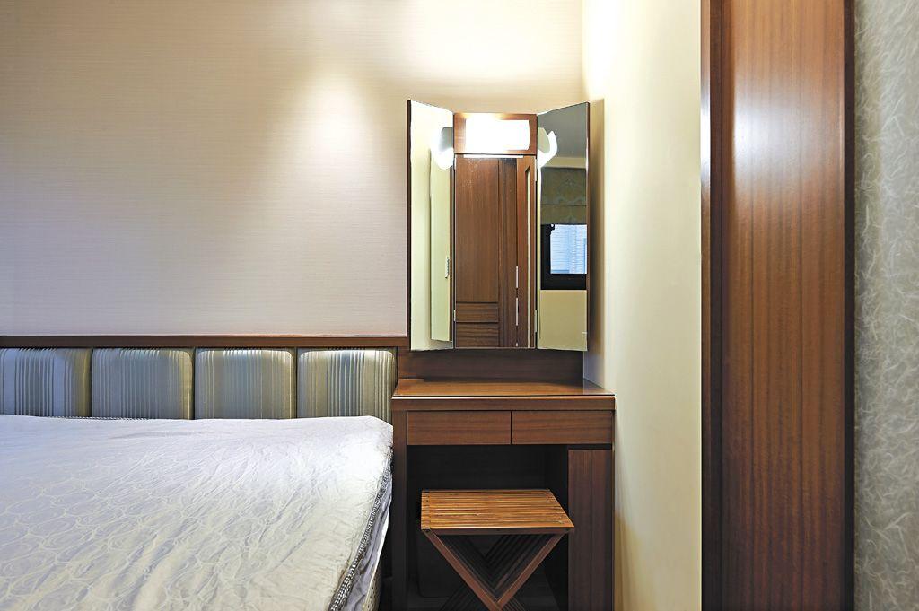 咖色系日式卧室 实木梳妆台效果图
