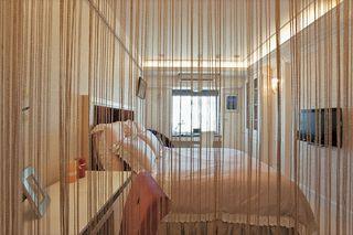 卧室裸色系简欧风线帘隔断设计